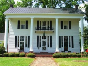 The beautiful Belle Oaks antebellum home in Macon, Miss., is listed for sale at a reasonable $295,000.